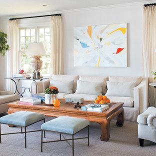 アトランタの中サイズのトランジショナルスタイルのおしゃれなファミリールーム (白い壁、無垢フローリング、暖炉なし、テレビなし) の写真