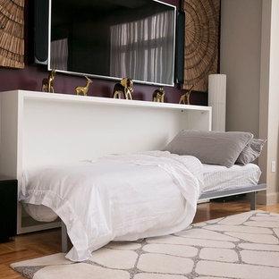 Cette photo montre une grande salle de séjour moderne ouverte avec un mur violet, moquette, un téléviseur fixé au mur et aucune cheminée.