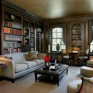 Imagen de sala de estar con biblioteca cerrada, clásica, grande, sin chimenea y televisor, con paredes marrones, suelo de madera oscura y suelo marrón