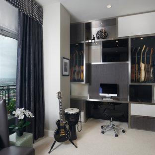 Idee per un soggiorno contemporaneo di medie dimensioni e chiuso con pareti grigie, moquette, nessun camino e sala della musica