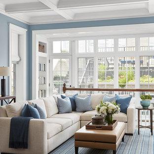 Idées déco pour une grande salle de séjour classique ouverte avec un mur bleu, un sol en bois foncé, aucune cheminée, aucun téléviseur et un sol marron.