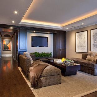 Ejemplo de sala de estar contemporánea con paredes beige, suelo de madera oscura y televisor colgado en la pared