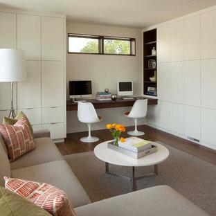 Идея дизайна: гостиная комната в стиле модернизм с бежевыми стенами, темным паркетным полом и мультимедийным центром