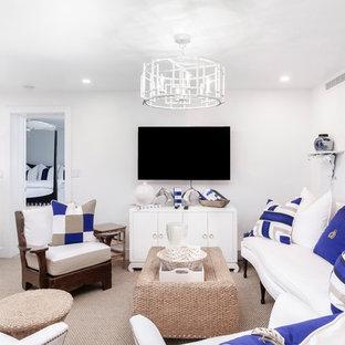 マイアミの中くらいのビーチスタイルのおしゃれなオープンリビング (白い壁、カーペット敷き、暖炉なし、壁掛け型テレビ、ベージュの床) の写真