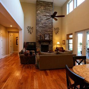 Foto di un soggiorno country con pareti beige, parquet chiaro e camino classico