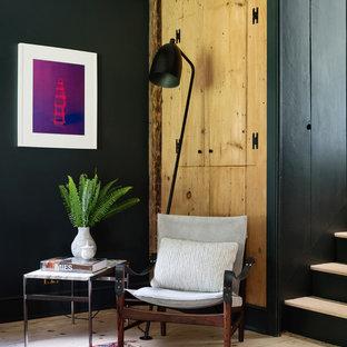 Foto de sala de estar campestre con paredes azules