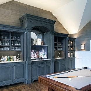 Bild på ett vintage allrum med öppen planlösning, med en hemmabar, grå väggar, mellanmörkt trägolv och en väggmonterad TV
