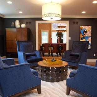 Idee per un soggiorno boho chic di medie dimensioni e chiuso con pareti nere e pavimento in legno massello medio