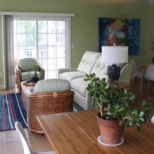ワシントンD.C.の小さいビーチスタイルのおしゃれなファミリールーム (緑の壁、セラミックタイルの床、暖炉なし、据え置き型テレビ) の写真