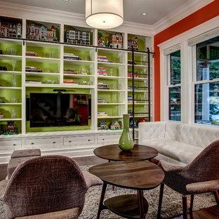 Ejemplo de sala de estar de estilo americano, sin chimenea, con paredes verdes, suelo de madera oscura y pared multimedia