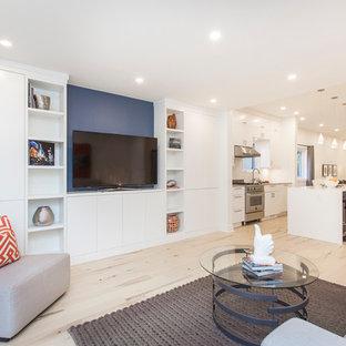 Imagen de sala de estar abierta, minimalista, pequeña, sin chimenea, con paredes azules, suelo de madera clara y suelo beige
