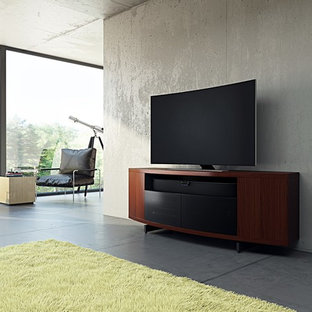 Idée de décoration pour une grand salle de séjour minimaliste ouverte avec un mur gris, béton au sol, un téléviseur indépendant et un sol gris.