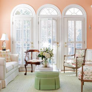 Diseño de sala de estar cerrada, clásica, sin televisor, con paredes rosas y suelo de madera en tonos medios