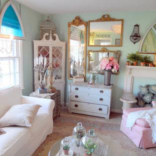 Ejemplo de sala de estar cerrada, romántica, con paredes azules