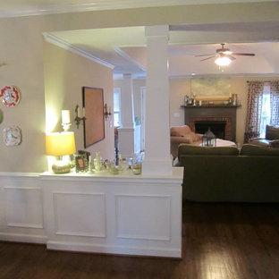 アトランタの中サイズのトラディショナルスタイルのおしゃれな独立型ファミリールーム (ベージュの壁、標準型暖炉、レンガの暖炉まわり、据え置き型テレビ、無垢フローリング、茶色い床) の写真