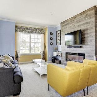 Esempio di un soggiorno classico di medie dimensioni e aperto con pareti blu, moquette, camino lineare Ribbon, cornice del camino in legno, TV a parete e pavimento grigio