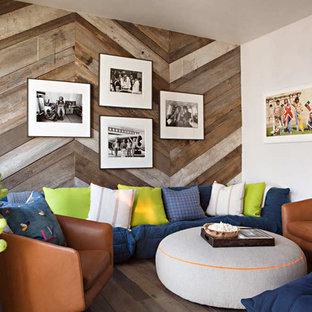Cette photo montre une salle de séjour montagne avec un mur blanc et un sol en bois foncé.