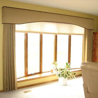 Idee per un grande soggiorno tradizionale aperto con libreria, pareti gialle, moquette, TV autoportante e pavimento grigio