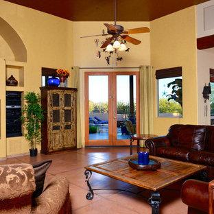 Ispirazione per un soggiorno stile americano di medie dimensioni e aperto con pareti gialle, pavimento in cemento, nessun camino, parete attrezzata e pavimento arancione