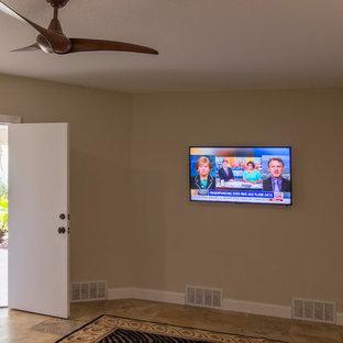 タンパの中サイズのトラディショナルスタイルのおしゃれな独立型ファミリールーム (トラバーチンの床、ベージュの壁、暖炉なし、壁掛け型テレビ、茶色い床) の写真