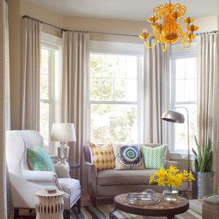 Diseño de sala de estar actual con paredes beige y suelo de madera en tonos medios