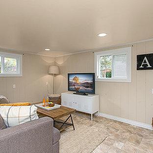 Foto di un soggiorno tradizionale di medie dimensioni e chiuso con sala giochi, pareti beige e pavimento in linoleum