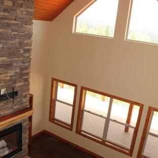 Esempio di un soggiorno rustico di medie dimensioni e stile loft con pareti beige, pavimento in laminato e pavimento marrone