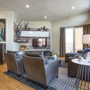 Foto di un soggiorno minimalista di medie dimensioni e stile loft con pareti grigie, pavimento in bambù, camino lineare Ribbon, cornice del camino piastrellata e pavimento marrone