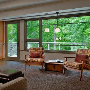 Foto di un soggiorno minimalista di medie dimensioni e aperto con libreria, pareti bianche, pavimento in vinile, parete attrezzata, nessun camino e pavimento marrone