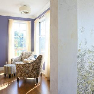 Ispirazione per un piccolo soggiorno chic aperto con pareti viola, pavimento in legno massello medio, nessun camino e TV a parete