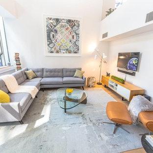 ロサンゼルスの中くらいのモダンスタイルのおしゃれな独立型ファミリールーム (白い壁、淡色無垢フローリング、暖炉なし、壁掛け型テレビ) の写真
