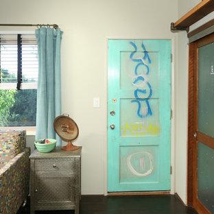 ロサンゼルスの中サイズのインダストリアルスタイルのおしゃれな独立型ファミリールーム (ベージュの壁、濃色無垢フローリング) の写真