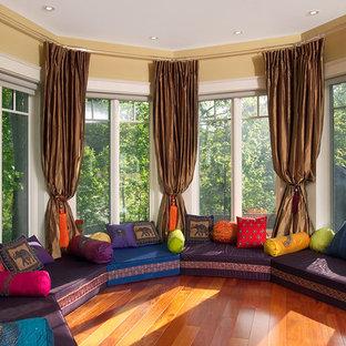 Imagen de sala de estar abierta, asiática, extra grande, con paredes beige, suelo de madera en tonos medios y suelo naranja