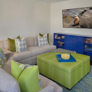 Immagine di un piccolo soggiorno classico aperto con sala giochi, pareti grigie, pavimento in legno massello medio, nessun camino e TV a parete