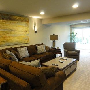 Diseño de sala de juegos en casa abierta, tradicional renovada, grande, sin chimenea, con paredes azules, moqueta y pared multimedia