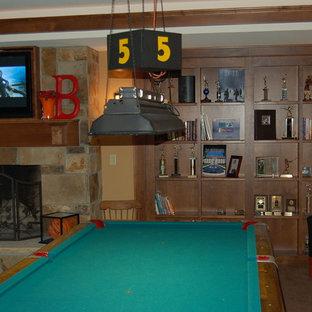 ミルウォーキーの大きいコンテンポラリースタイルのおしゃれなファミリールーム (ゲームルーム、標準型暖炉、レンガの暖炉まわり、埋込式メディアウォール) の写真