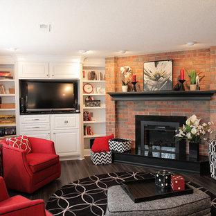 ウィチタの大きいコンテンポラリースタイルのおしゃれな独立型ファミリールーム (ライブラリー、グレーの壁、クッションフロア、標準型暖炉、レンガの暖炉まわり、埋込式メディアウォール、黒い床) の写真