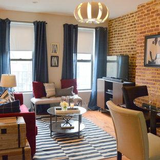 ニューヨークの中サイズのインダストリアルスタイルのおしゃれな独立型ファミリールーム (マルチカラーの壁、淡色無垢フローリング、暖炉なし、据え置き型テレビ、茶色い床) の写真