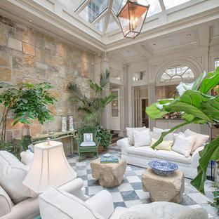 Réalisation d'une grand salle de séjour tradition fermée avec un mur blanc et un sol en marbre.