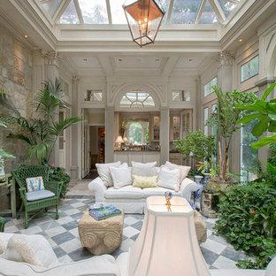 Immagine di un grande soggiorno chic chiuso con pareti bianche e pavimento in marmo