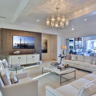 Cette image montre une salle de séjour traditionnelle de taille moyenne et ouverte avec un mur blanc, un sol en travertin, un téléviseur fixé au mur et aucune cheminée.