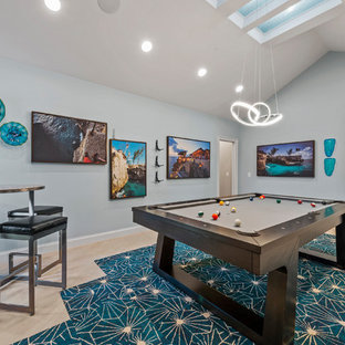 Moderner Hobbyraum mit blauer Wandfarbe, Teppichboden und buntem Boden in Miami