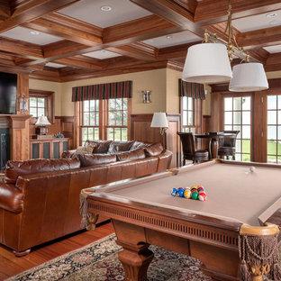Esempio di un ampio soggiorno costiero con sala giochi, pareti beige, pavimento in legno massello medio, camino classico e TV a parete
