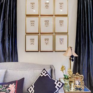 ニューオリンズの大きいトラディショナルスタイルのおしゃれな独立型ファミリールーム (無垢フローリング、ベージュの壁、暖炉なし、テレビなし、茶色い床) の写真
