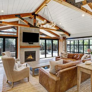 Foto de sala de estar campestre con paredes blancas, suelo de madera clara, chimenea tradicional y televisor colgado en la pared