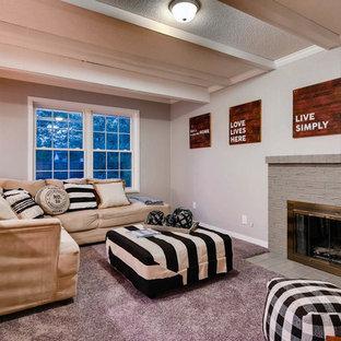 Idée de décoration pour une salle de séjour tradition de taille moyenne et fermée avec une cheminée standard, un mur gris, moquette, un manteau de cheminée en brique, aucun téléviseur et un sol violet.