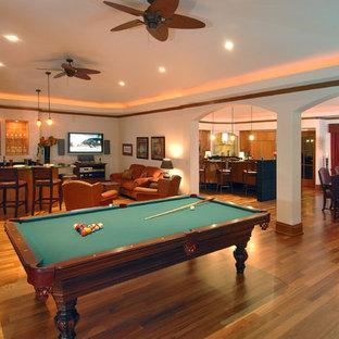 Inspiration pour une très grande salle de séjour design ouverte avec salle de jeu, un mur blanc, un sol en bois brun, aucun téléviseur et un sol marron.