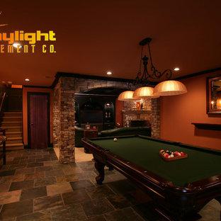 アトランタの中サイズのトラディショナルスタイルのおしゃれなファミリールーム (オレンジの壁、スレートの床、マルチカラーの床、ゲームルーム) の写真