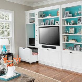 Modernes Wohnzimmer mit beiger Wandfarbe, braunem Holzboden und Multimediawand in New York