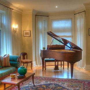 Klassisk inredning av ett mellanstort avskilt allrum, med ett musikrum, beige väggar, ljust trägolv och brunt golv